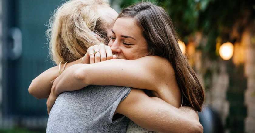 Zona Emocional pareja abrazada felices emociones inteligencia emocional