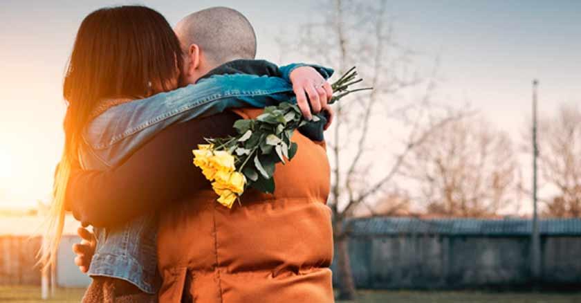 hombre abraza a una mujer esposos abrazados perdonar abrazo perdón