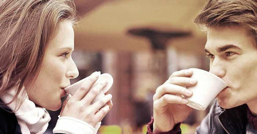amar es aceptar hombre mujer tomando cafe