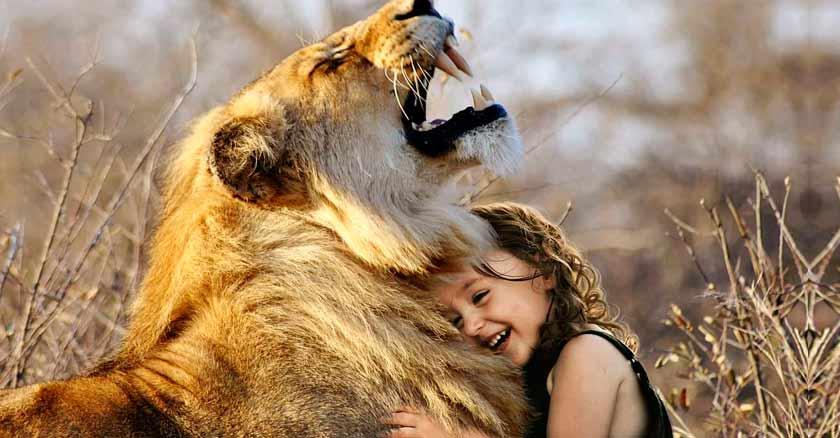 niña abrazando un león - vivir con alguien como tu