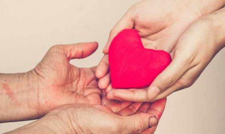 el valor de la empatia mujer regalando corazon rojo manos