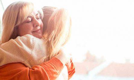 mujer abrazando hija abrazo de perdon navidad es tiempo de perdon