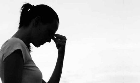 mujer manos en la cabeza triste ansiedad atarse al pasado agota vivir el presente