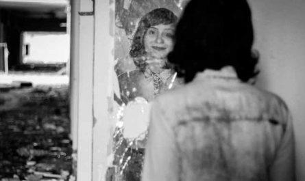 mujer mirando reflejo en espejo receta para cambiar a otra persona