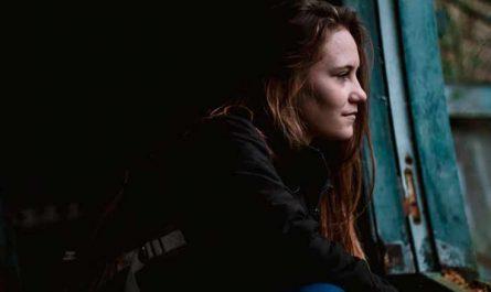 mujer viendo por ventana que perdiste ano viejo aprendizajes