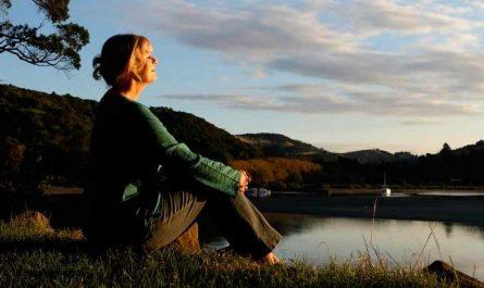 tomarse un tiempo para renovar fuerzas cuidarse mujer rio sentada